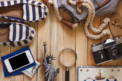 Gestreifte Pantoffel, Kamera, Telefon und Miniatur des Freiheitsstatuen, Draufsicht Stockbilder