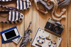 Gestreifte Pantoffel, Kamera, Telefon und Miniatur des Freiheitsstatuen, Draufsicht Stockfoto