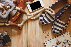 Gestreifte Pantoffel, Kamera, Telefon und Seedekorationen, Draufsicht Stockfotos