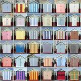 36 gestreifte Strand-Hütten, gehoben, Sussex, Großbritannien lizenzfreie stockfotos