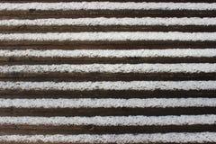 Gestreifter Hintergrund Hölzerne Beschaffenheit Browns umfasst mit weißem Schnee Lizenzfreies Stockfoto