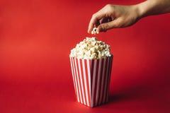 Gestreifter Kasten mit Popcorn lizenzfreies stockbild