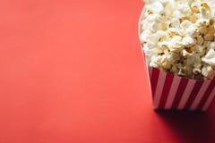 Gestreifter Kasten mit Popcorn stockfotos