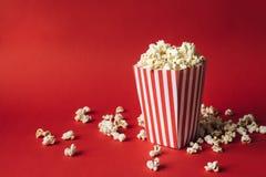 Gestreifter Kasten mit Popcorn lizenzfreies stockfoto