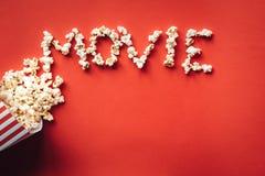Gestreifter Kasten mit Popcorn und Wort Film stockbild
