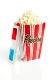 Gestreifter Popcornkasten mit Gläsern 3d Lizenzfreies Stockfoto
