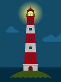 Gestreifter roter und weißer Leuchtturm nachts Lizenzfreie Stockfotografie