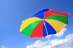 Gestreifter Strandregenschirm der Farbe Stockfotos
