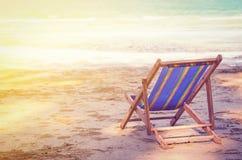 Gestreiftes deckchair am sandigen Strand des Ozeans Lizenzfreie Stockfotografie