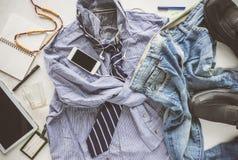 gestreiftes Hemd der flachen Lagefalte, Jeans, Tablette, Schuhe und Krawatte Lizenzfreie Stockfotografie