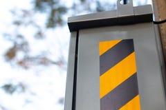 Gestreiftes Vorsichtband des Warnzeichens auf Kasten lizenzfreie stockfotos