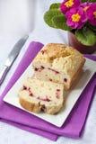 Gestremde melkcake met kersen op een plaat Stock Foto's