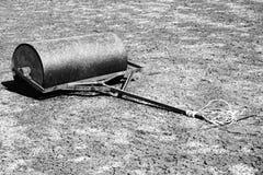 Gestrichelte Retro- Schwarzweiss-Skizze Altes rostiges Eisenfaß für Wartung des Vernachlässigungstennisplatzes Tennisboden im Fre Lizenzfreies Stockfoto
