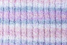 Gestrickte Beschaffenheit von weißen, rosa, lila und blauen Farben lizenzfreie stockbilder