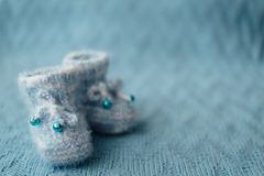 Gestrickte blaue Babyschuhe stockfotos