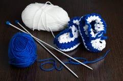 Gestrickte, blaue Beuten für Kinder Lizenzfreie Stockfotografie