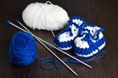 Gestrickte, blaue Beuten für Kinder Lizenzfreies Stockbild