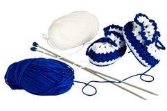 Gestrickte, blaue Beuten für Kinder Stockfotos
