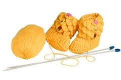 Gestrickte, gelbe Beuten für Kinder Lizenzfreie Stockfotos