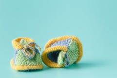 Gestrickte grüne Babybeuten für kleinen Jungen Stockfotografie