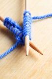 Gestrickte Heftungen auf hölzernen Nadeln stockbilder
