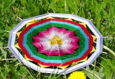 Gestrickte Mandala im Gras Lizenzfreies Stockbild