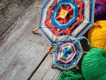 Gestrickte Mandala und Garn auf rustikaler Tabelle stockfotografie