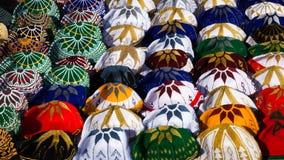 Gestrickte marokkanische Hüte auf Anzeige für Verkauf lizenzfreie stockfotos