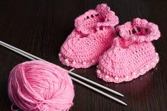 Gestrickte, rosa Beuten für Kinder Stockfotografie