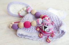 Gestrickte rosa gestreifte handgemachte in Handarbeit gemachte Katze Kind-` s Spielzeug Häkelarbeitmuster stockfoto