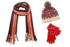 Gestrickte Schutzkappe, Schal und Handschuhe getrennt auf Weiß Stockfoto