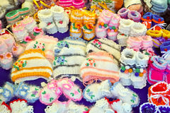 Gestrickte woolen Babyschuhe und Hüte lizenzfreies stockbild