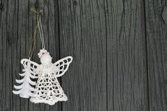 Gestrickter Engel und Weihnachtsbaum für Weihnachtsgrußkarte und Weihnachten Lizenzfreies Stockfoto