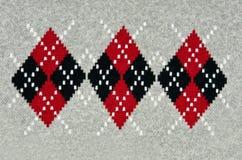 Gestrickter grauer Hintergrund mit einem Muster Lizenzfreies Stockfoto