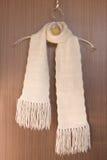 Gestrickter Schal auf einer Aufhängung. Lizenzfreie Stockbilder