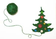 Gestrickter Weihnachtsbaum gegen Weiß Stockbild