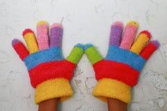 Gestricktes children& x27; s-Handschuh mit bunten Streifen Stockfotos