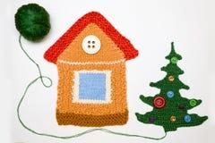 Gestricktes Haus und Weihnachtsbaum auf Weiß Lizenzfreie Stockfotos