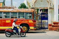 Gestripte roestige, oude verlaten lokale rode bus in Uthaithani - Thai Royalty-vrije Stock Afbeeldingen