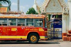 Gestripte roestige, oude verlaten lokale rode bus in Uthaithani - Thai royalty-vrije stock foto's