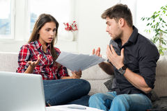 Gestrittene Paare mit unbezahlten Rechnungen Stockfotos