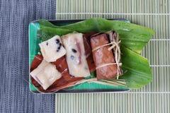 Gestroomde kleverige rijst en zwarte boon in banaanblad zoals & x22; Khao Tom Mad & x22; in Thai stock foto