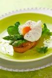 Gestroopt ei en groene asperge Stock Foto