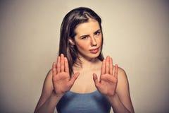 Gestörte verärgerte Frau, die mit den Palmen äußerlich gestikuliert, um zu stoppen Stockfoto