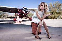 Gestörter Fluggast, der einen Flug wartet Lizenzfreies Stockfoto