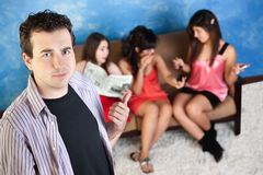 Gestörter junger Mann und Damen Stockfotos