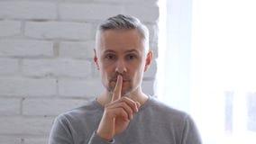 Gesturing del silenzio dall'uomo Medio Evo che si siede nell'ufficio Fotografia Stock Libera da Diritti