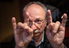 Gesturing dell'uomo anziano Fotografie Stock Libere da Diritti