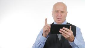 Gesturing turbato di notizie di Read Tablet Online dell'uomo d'affari nervoso fotografie stock libere da diritti