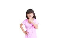 gesturning的女孩安静地一点 免版税库存图片